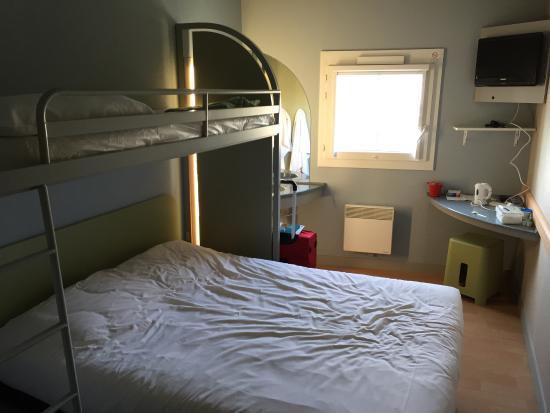 Ibis Budget Fecamp: Bedroom   Sink On Left Behind Bed
