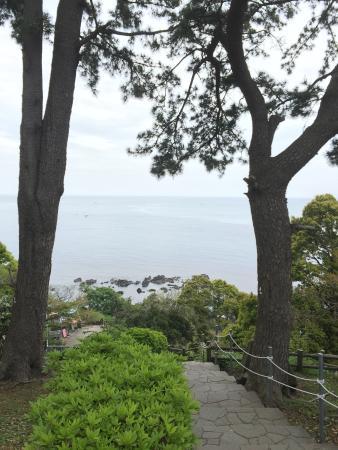Mitsuishi Beach: ケープ真鶴から階段を降りて海岸へ