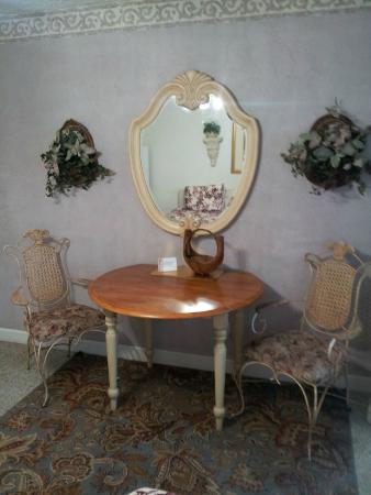 Terrace Park Suites: Table and chairs in studio