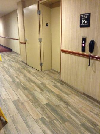 Hampton Inn & Suites Fort Worth-West/I-30: Floor in front of elevators very clean