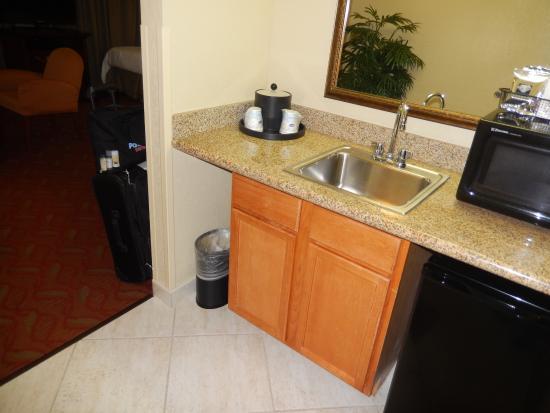 Hampton Inn Suites Bolingbrook: Kitchen area