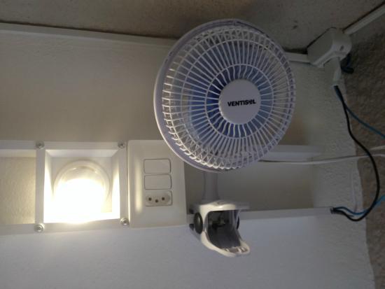 Hostel Marina dos Anjos: kit individual: luminária, tomada, mini-ventilador
