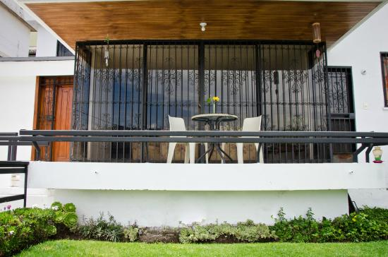 Ecuatreasures B&B: Balcony/Front Yard - Balcón/Jardín