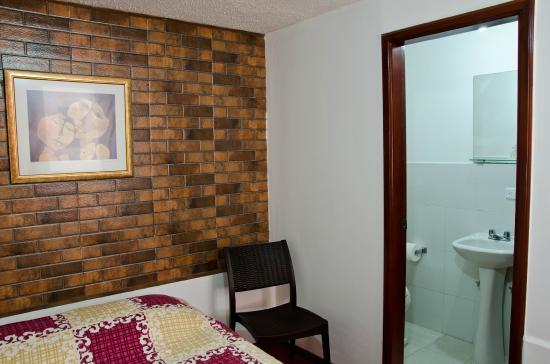 Ecuatreasures B&B: Rooms with private bathrooms - Habitaciones con baño privado