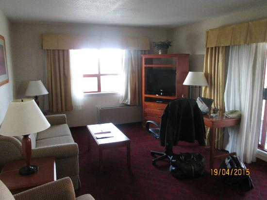 Comfort Inn & Suites: Living Room (and no stooping to plug in...)