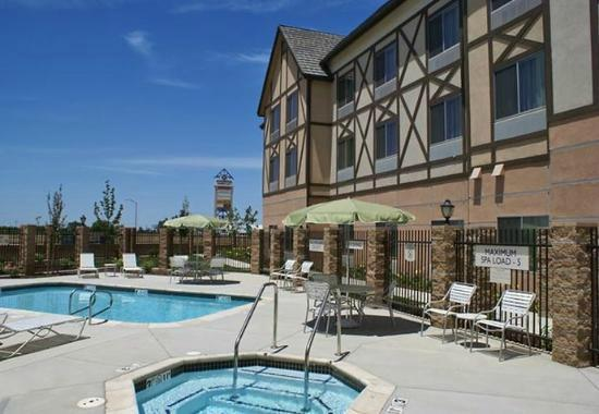 Fairfield Inn & Suites Selma Kingsburg: Heated Pool and Jacuzzi