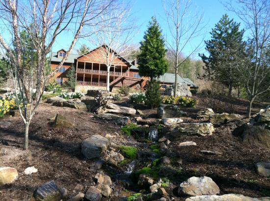 House Mountain Inn: The Inn from the pond area