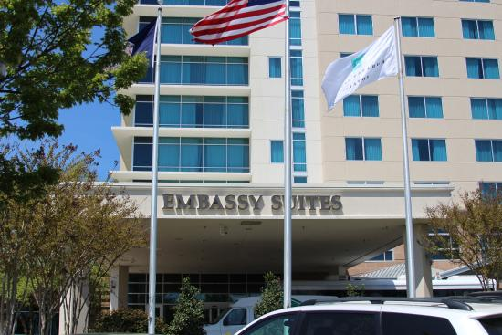 Embassy Suites by Hilton Hampton Hotel Convention Center & Spa : Outside of hotel