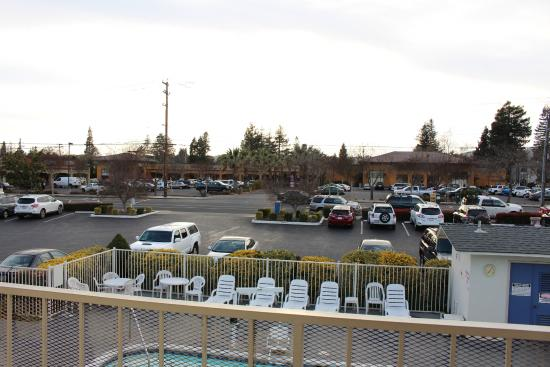 Motel 6 Napa : View looking over to Shops, above pool