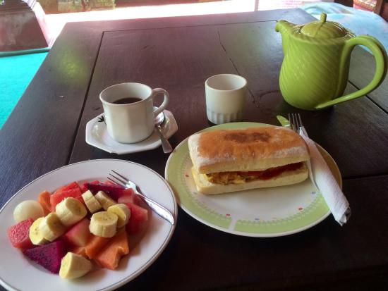 Dani Homestay: Balinese coffee with sweet milk, hot ciabatta with egg, cheese, tomato & fruits! Wonderful varie