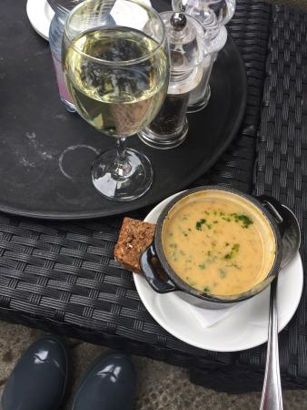 Kingfisher Bistro: Delicious lunch! We chose to eat on the great patio. Some of the best brown bread we have ever h