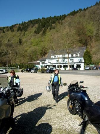 Hotel Wiedfriede: Vooraanzicht hotel, genomen vanaf parkeerterrein.
