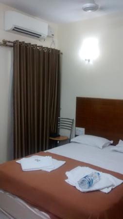 Ajantha Hotel : bed and ac (deluxe ac room)