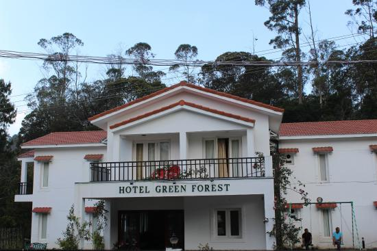 Green Forest: Front view of this Hotel from out side and the 1st floor room is the family suite with balcony !