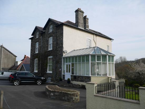 Llys Aeron Guest House: Hotel is easy to find on main and quiet