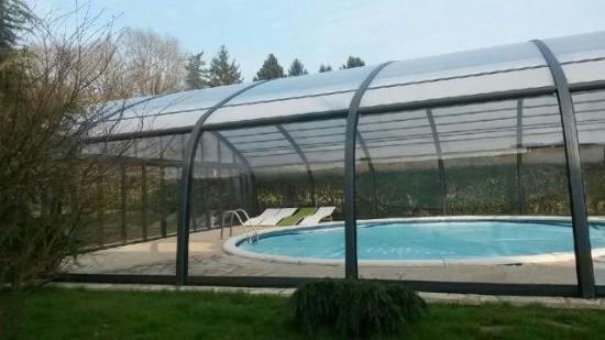 Piscine couverte picture of une maison dans la brie for Prix d une piscine couverte