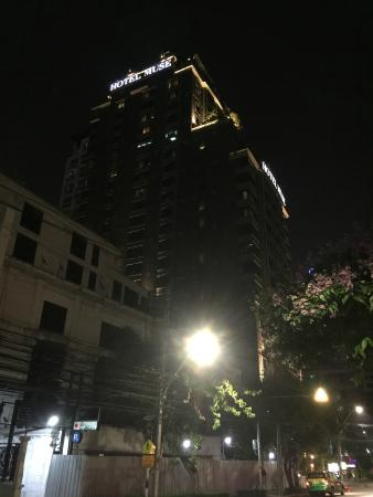 Hotel Muse Bangkok Langsuan, MGallery Collection: Outside hotel at night