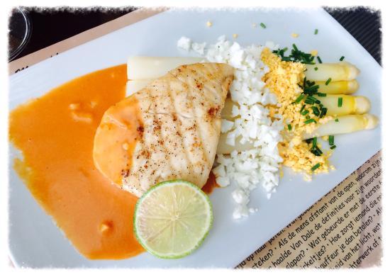 Eetcafe old dutch: Asperges met botervis in kreeftensaus