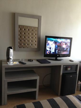Hotel Panorama: côté bureau/télé (1 seule chaine française : TF1)