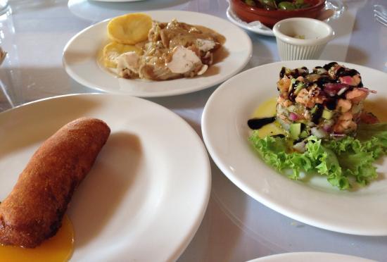 El Muelle de Arriate: Croqueta de bacalao con salsa de mango, pollo con ciruelas y timbal de salmón con aguacate (tapa