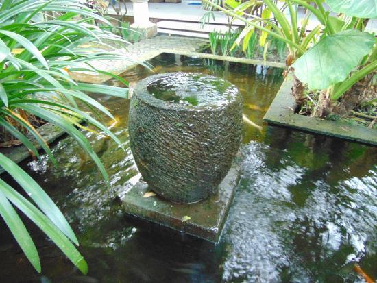 Bumi Ayu Bungalows: Water feature/fish pond