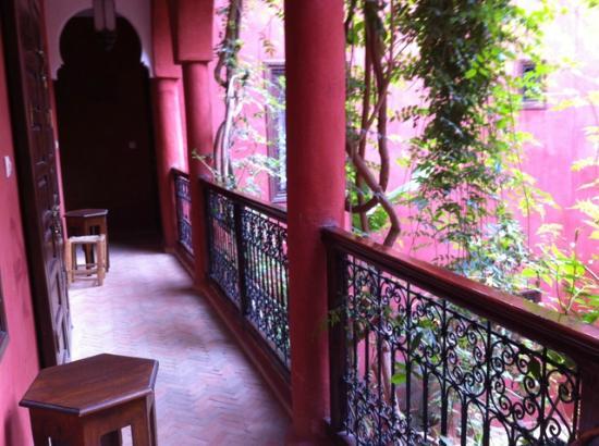 Riad Honey Sarl: couloir menant aux chambres