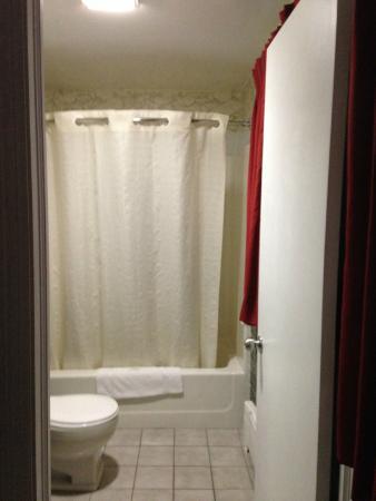 Lenox Inn: Glistening bathroom tiles
