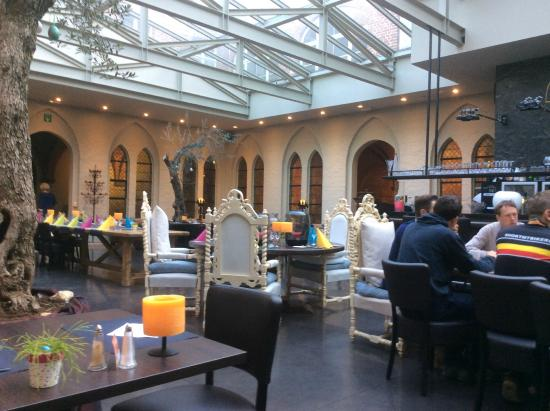 Hotel La Merveilleuse: Classy dining area at breakfast time