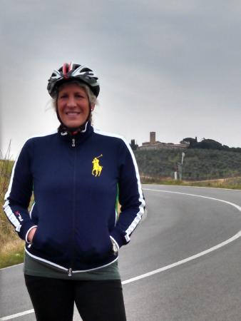 Cicloposse : Heidi ascending the hills to San Gimignano