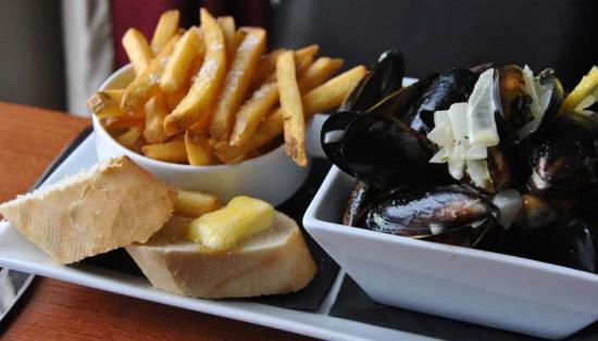 The Queen's Royal: Moules & frites from the bar/lunch menu