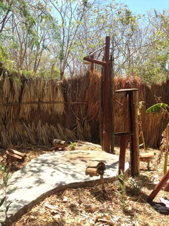 Equilibrio Yoga Art Surf Resort: Outdoor shower