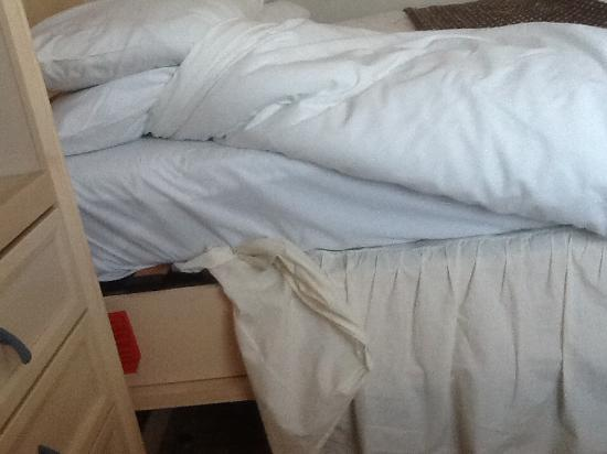 Best Western Everglades Park Hotel: The valance on the bed wasn't even fitted properly...... Shabby