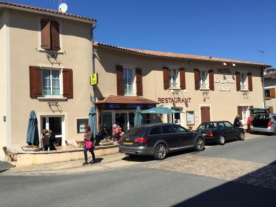 Logis Auberge Du Cheval Blanc et Le Clovis : Arrivée devant l'établissement