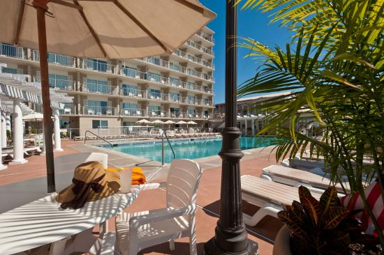 Reges Oceanfront Resort: Oceanfront Deck and Pool