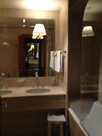 Bagno camera standard - Foto di Hotel Leon D\'Oro, Verona - TripAdvisor