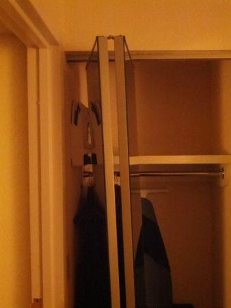 Embassy Suites by Hilton Dallas Near the Galleria: Broken closet door 2