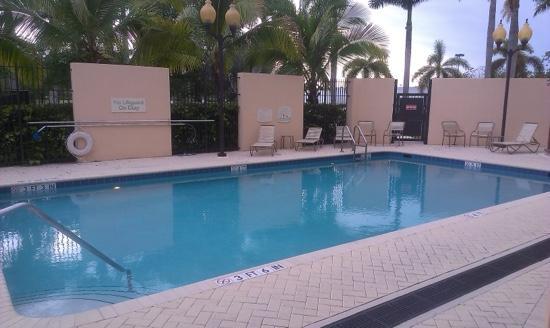 Courtyard Miami at Dolphin Mall: piscina amplia y muy soleada