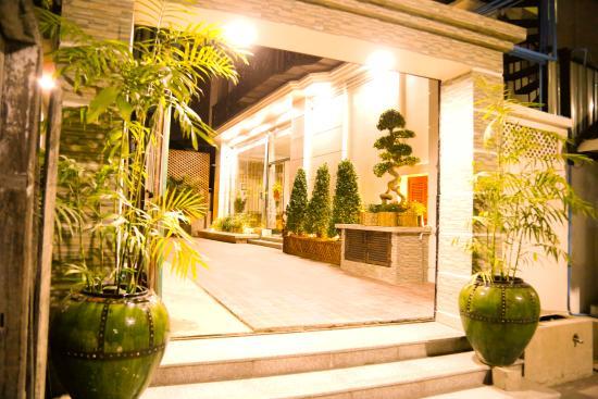 Hotel Entrance (129746697)