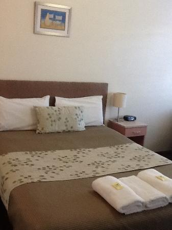Gale Street Motel & Villas: Motel Bed