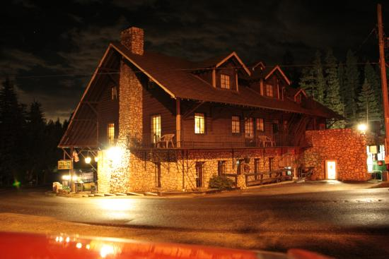 Brook Forest Inn and Spa : Behind building at night