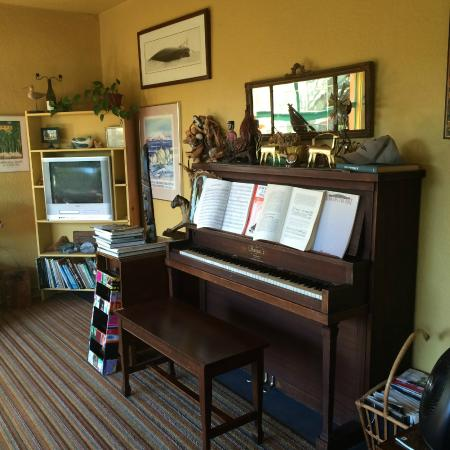 Nahcotta, WA: Piano in sitting room area