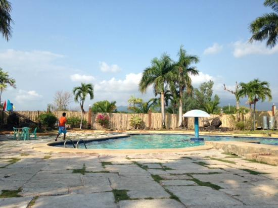 Their pool area kuva waterfront beach resort morong tripadvisor for Beach resort in morong bataan with swimming pool
