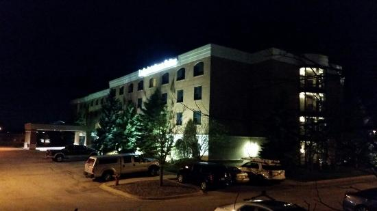 La Quinta Inn & Suites Madison American Center: LaQuinta Madison American Center at night.