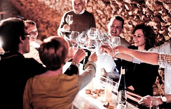 Breuer's Ruedesheimer Schloss: Weinprobe im Gewölbekeller