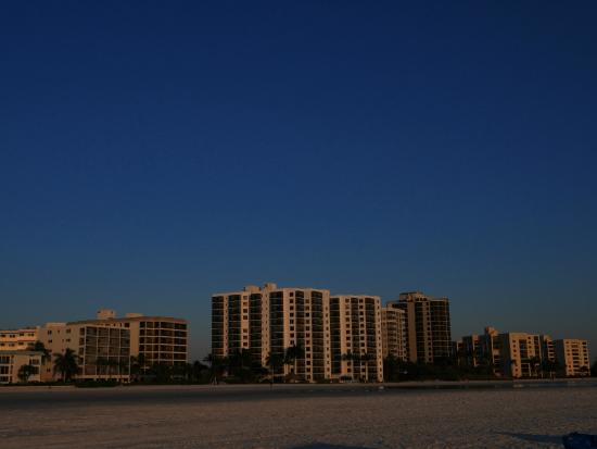 Gulfview Manor Resort: Looking from the beach its the small building on the left