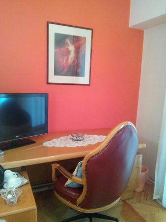 Hotel Rose Diplomatique : Desk & TV