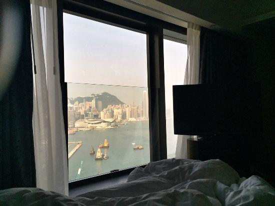 Harbour Grand Hong Kong: Widok z sypialni/Apartament typu Twin Premier Suite