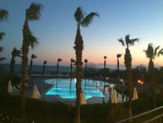 Papillon Belvil Hotel: Pool bei Sonnenuntergang