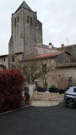Hostellerie de l'Abbaye : restaurant extérieur vue sur l'abbaye