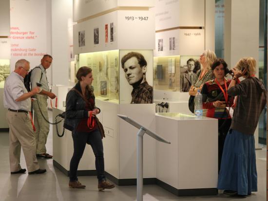 Forum Willy Brandt Berlin: Besucher in der Ausstellung